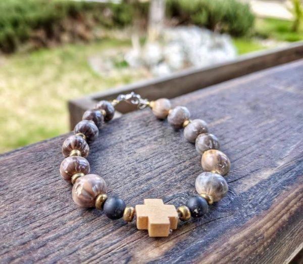 гривна сълзите на Света Богородица с дървено кръстче